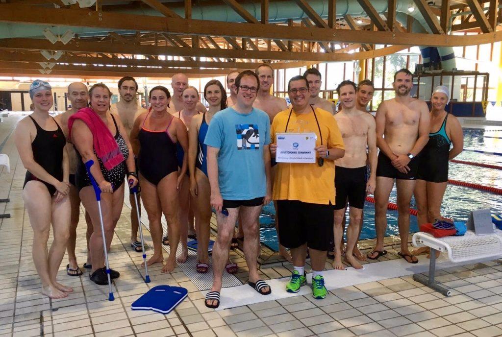 Florian Janik mit den TB-Masters Schwimmern und Trainer Florian Schilling